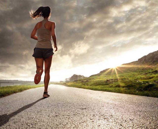 Sport som løb kan give skader på fødderne.
